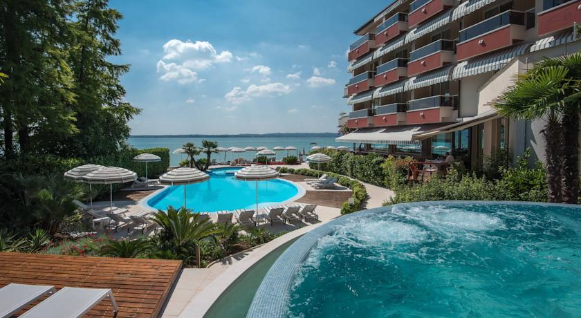 Het terras van Hotel Continental Thermae en Spa